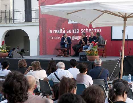 Il sindaco Pironi sul palco di Villa Mussolini nel 2010 (foto di Riccardo Gallini)