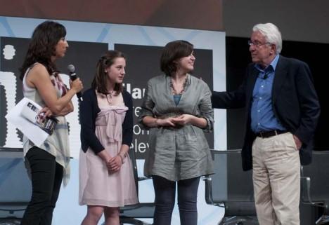 Le vincitrici del concorso tra Lucia Goracci e Bernardo Valli (foto di Riccardo Gallini)